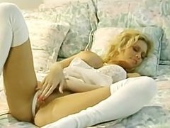 Blonde Babe masturbates in bed