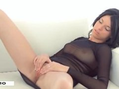 Beauty Andrea 18 years cums with her dildo