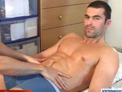 Straight guy get massaged and wanked by a keumgay guy !