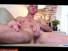 Straight Mature man get wanked by a guy in his 1srt time life porn !