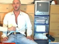 David a real straight french guy get wanked by a guy in spite of him!