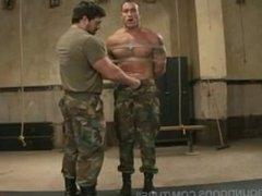 cojiendo con el soldado fuerte