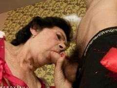 Une vieille femme baise avec un petit jeune pour la première fois