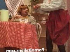 Milf tettona italiana fa pompini a porci maschi in maschera