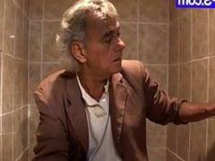 mujer disfruta de ser follada en un trio en el baño