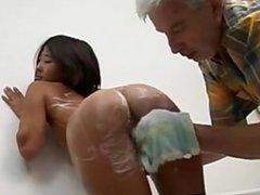 Jeune coréenne baise dans la salle de bains avec un papy bien monté
