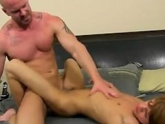 Hot gay He calls the poor guy over to his building after hours to set him