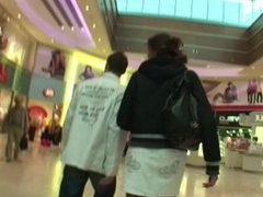 Teeny in der Mall angesprochen und von 2 Typen auf Toilette gefickt