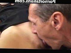 Ragazza si masturba e fa pompino a vecchio uomo Girl masturbates old man