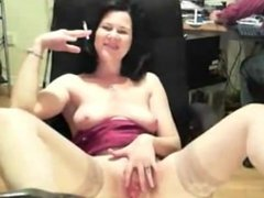 Hot mature webcam chick rubs and plays her pussy while her chatmate watch.