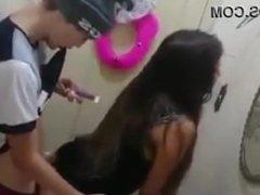 Flagrado no banheiro comendo a amiga e brincando no celular!