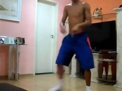 Gatinho dançando com muito tesão de chinelo e meias