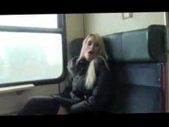 Deutsche Schlampe fickt im Zug auf toilette
