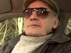 Papy voyeur chauffeur de taxi baise sa cliente