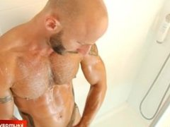 Room service guy gets filmed horny in a client shower !