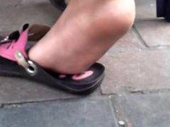 pies de niña latina mexicana
