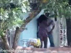 Casal sem vergonha fodendo no meio da rua - www.sexodeamadoras.com