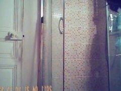 Lex dun pote sous la douche en spycam. Mitzi from DATES25.COM