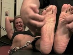 Boston Tickling: Musclebound Donna Hates It. (Extremely wrinkled soles!!!!)