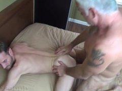 un canoso daddy se coge a un joven putito