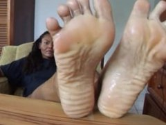 Kitty's oily wrinkled soles