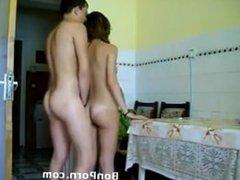 Baise dans la cuisine pour une jeune maîtresse de maison