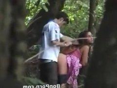 couple baise dans la forêt en caméra cachée