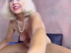 Skilful blonde granny midwest gaping pussy with big dildo