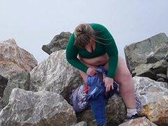 Fatty meando en las rocas junto al mar