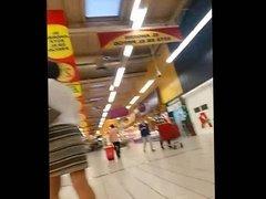 una rica madura buscando pollas en el supermercado