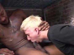 Joven rubio violado en la prisión por un negro pollón