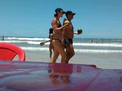 Gata perfeita jogando frescobol num bikini azul fio dental!