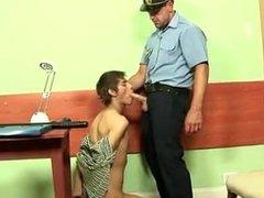 Policial tarado abusa e fode gostoso o novinho