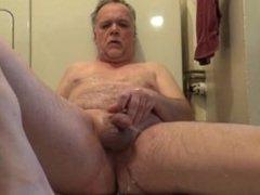 Je me fais une bonne douche de jus de pisse en me jouant après l'anus