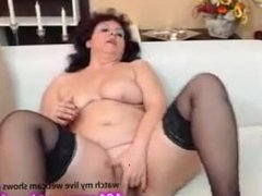 mature freecamz Made up milf having fun on the couch  camz.biz/tongue-chick