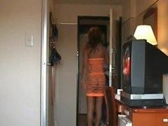 Une femme mature ouvre la porte nue sous une robe filet