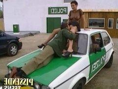Auf dem Polizeiauto gefickt beim pissen