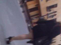 En la calle: Minifalda ajustada negra de una rica nalgona