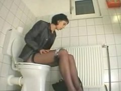 Une secrétaire se rend aux toilettes pour se goder!
