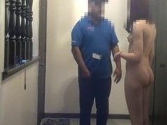 Pretty girl blows the pizzy guy for a tip