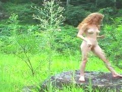 Jolie rousse nu en pleine nature