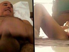 Home es masturba mirant una noia amb joguina