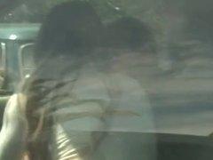 se la hace chupar en el coche