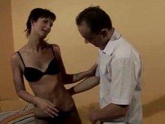 Schlanke Hausfrau geleckt und gefickt