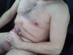 Nackt im Auto spritzen