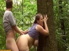 Mamá tetona con su amante en el bosque
