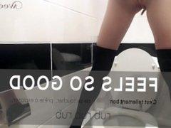 Pissing over the toilet - Elle pisse sur les chiottes