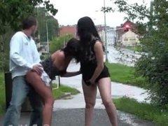 Trio sexuel public audacieux avec une fille enceinte et un couple