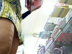 mujer comprando espiada upskirt