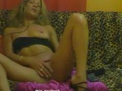 Femme mature se masturbe au telephone et jouit devant sa cam sur le net
